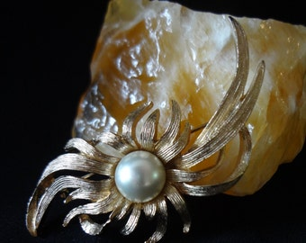 Brushed Gold-Tone Brooch Pin with a Faux Pearl