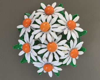 Lovely vintage Bouquet of daisies brooch.