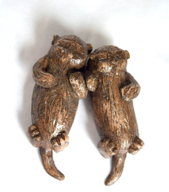 Magnetic Otters holding hands - Otters - figurine - sea otter - love- anniversary gift - otter art - cute - woodland animal - otter couple