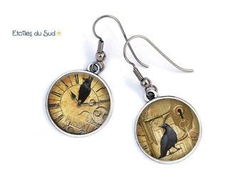 Boucles d'oreilles motif horloge ancienne corbeau, cabochon en résine/ref 59