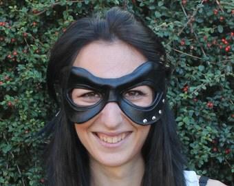 Masque en cuir noir avec des rivets argentés pour les adultes