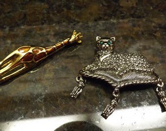 Vintage Animal cat and Giraffe Pin
