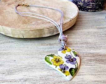 Handmade necklace with porcelain pendant and violets, bijoux porcelain jewelry, ceramic violet pendant, ceramics handmade flowers bijoux
