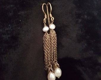 Earrings with F/W pearls and fine chain