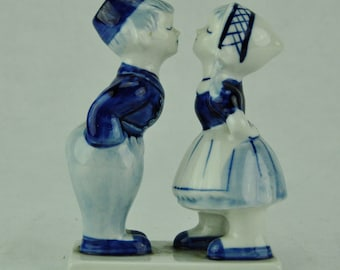 "Delft porcelain figurine ""Kissing Boy and Girl"" 5"" tall"