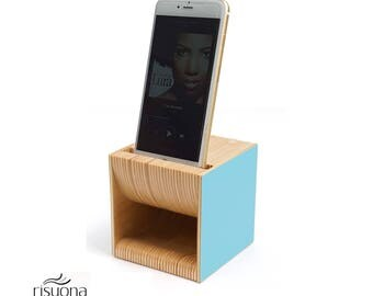 wooden speaker for iPhone - Risuona NANO light Blue. In omaggio base in legno per iPhone.