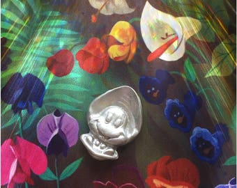 Disney Silver Curious Oyster Brooch - Alice in Wonderland