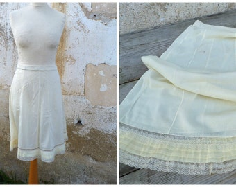 Vintage 1950/1960 soft yellow half slip /petitcoat with lace pin up lingerie size S