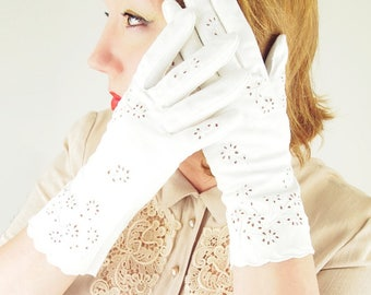 50s White Cotton Eyelet Gloves by Crescendoe - Size 7.5