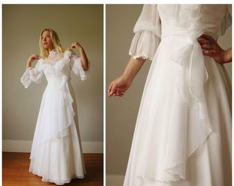 SPRING SALE 1970s Country White Wedding Dress >> Size Extra Small to Small