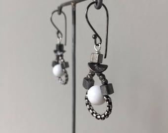 chain loop earrings white & gunmetal