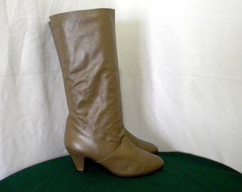 Sz 10.5m Vintage Tall Light Brown leather 1980s Women Low Heel Slouch boots.
