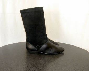 Sz 8 Women Vintage black leather and suede 1990s flat mid calf slouch boots.