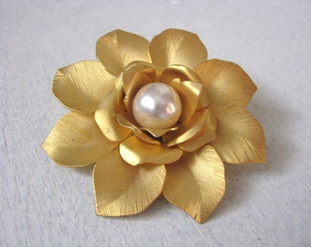 Vintage gold tone textured flower pin brooch with faux pearl center