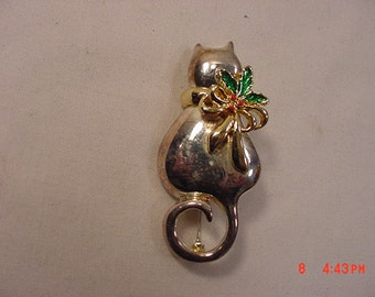 Vintage Christmas Cat Brooch With Holly Berry Bow   16 - 778