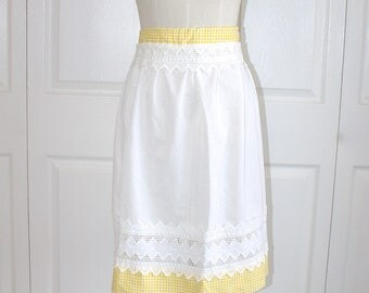 1950s Yellow Checkered Hostess Apron . Vintage 50s 60s White Lace Dotted Swiss & Gingham Kitchen Apron . Size Small Medium