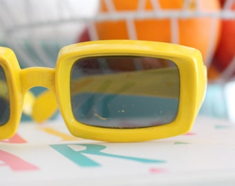 1950s 1960s MOD GIRL Sunglasses...yellow. oversized. retro. hipster. kitsch. shades. summer. party glasses. disco. twiggy. jackie o. mod