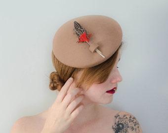vintage tilt hat / 1970s does 1940s tan wool tilt with feathers / Ernie
