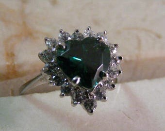 Vintage Simulated Emerald Heart Halo Ring in Sterling Silver..... Lot 5289