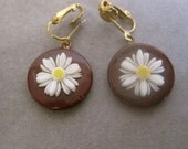 Daisy Earrings Vintage 50s DANGLES Raised White Daisy on Faux Wood Circles Clip On Faux Pierced Look CUTE Retro Pinup Rockabilly Rare
