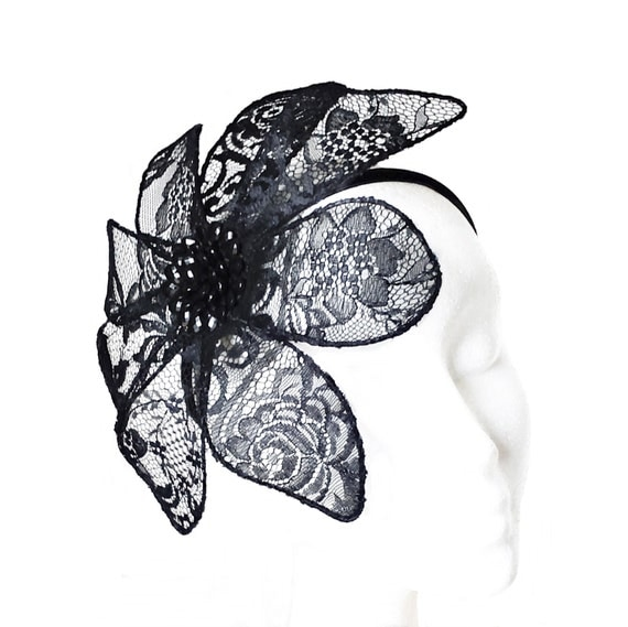 Tocado Negro con Flor de Encaje · Black Lace Flower Headpiece
