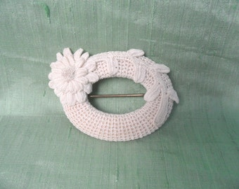 Finely crocheted brooch / vintage pin brooch with flowers in white / jewelry