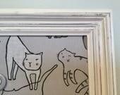 Babillard aimanté recouvert tissu chats gris blanc minou meow mémos organisation mémo photos décor mural tableau d'affichage à aimant miaou