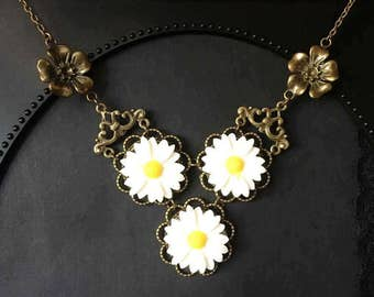 Daisy Necklace, Daisies, White Flower Necklace, Gift For Her, Daisy Chain, Daisy Jewelry, Bib Necklace, White Daisy Necklace, Resin Jewelry