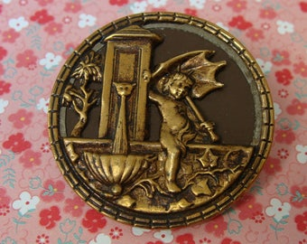 Large Antique Victorian button - Cupid at the Fountain - cat face on fountain - Gros bouton ancien