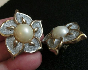 Faux Pearl Earrings flower Gold Tone Chunky Clip On button earrings Statement Runway wedding earrings glitter earrings Excellent Condition!