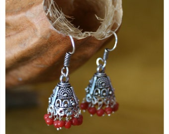 Monia, earrings with oriental charm