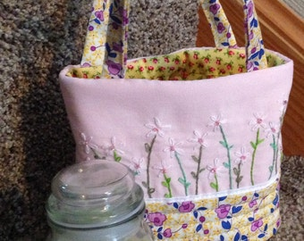 Small tote bag, quilted & hand-embroidered with daisies