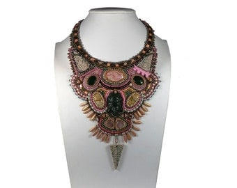 Embroidered bib necklace style ethnic tribal Inca green and pink gold-plated gemstones