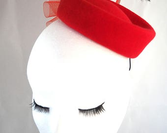 Bibi, fascinator, form in red felt pillbox