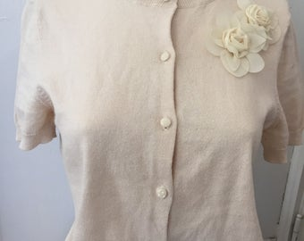 Loft Vintage Sweater Cotton Ecru Crew Neck Cardigan Sweater Short Sleeves Size M Medium, Beige Cotton Sweater with Flower Brooch