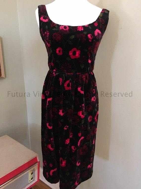 Early 1960s Lovely Black Velvet Red Rose Print Scoop Neck Sleeveless Fitted Dress-S