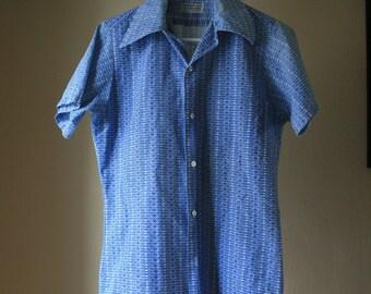 1970s  Mens blue pattern  short sleeve summer shirt size small