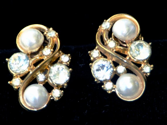 "Vintage 1950s Pr Crown TRIFARI Faux PEARLs Clear Cut RHINESTONEs Clip-on Gold Tone Earrings, Approximately 1"" x 3/4"","