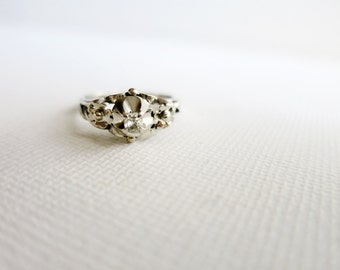 Small Antique Ring with Diamond in 8K White Gold (US Ring Size 5.5)