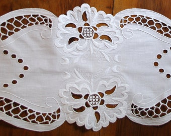 Elegant French Richelieu White Table Runner Flowers Vintage Crochet Dresser Scarf cutwork embroidery Wedding linen Wedding tabel decoration