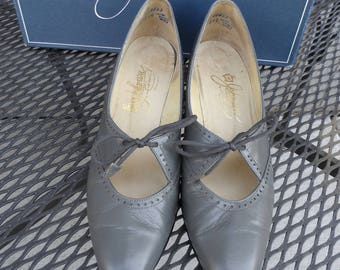 Vintage 1992 Gray Leather Pumps* Size 8 AAAA . JOHANSEN . Made in USA . 1 1/2 Inch Kitten Heels.  Classic .Narrow! Original Box