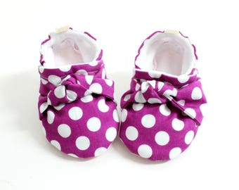 purple polka dots with knots! Soft Sole Baby Shoes, Fabric Baby Booties girls, baby moccs, so cute
