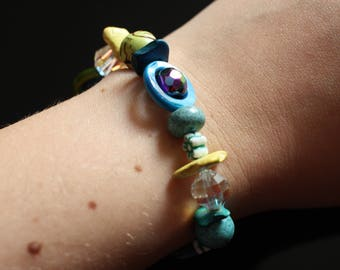 Colored pearls bracelet, with mother-of-pearl rings and woods fragments