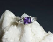 Vintage Deep Violet Amethyst 3 Stone Setting Sterling Silver Size 7-1/4 Estate Ring / Vintage Amethyst 3 Stone Setting Engagement Ring