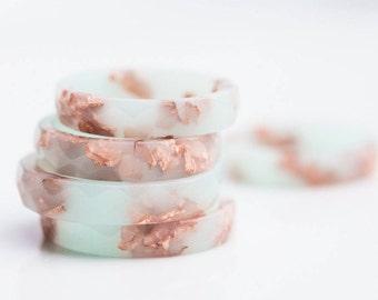 Pastel menthe résine bague Rose or flocons petites facettes bague OOAK pêche pastel menthe bijoux minimaliste minimal chic