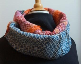 Col, loop-sjaal. wol 60 en polyamide 40. Dubbel-om, ± 25 cm x 180 cm. Handgeweven.