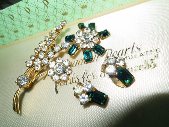 Vintage 1950s  goldtone  brooch with green and  clear rhinestones and clip  earrings