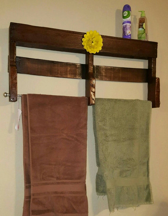 pallet towel rack with metal yellow flower. Black Bedroom Furniture Sets. Home Design Ideas
