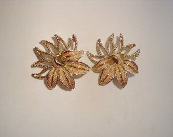EXQUISITE Sarah Coventry Gold Tone Flower Clip Earrings