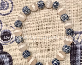 Blue and white beaded bracelet | chinoiserie, Chinese, navy, delft, stretchy, porcelain, gemstone